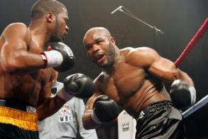 El jamaicano O'Neil Bell (I) pelea frente al francés Jean-Marc Mormeck, en combate de los pesos cruceros celebrado el 17 de marzo de 2007 en París (AFP/Archivos   MEHDI FEDOUACH)