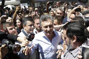 El candidato presidencial opositor Mauricio Macri llega a votar, en Buenos Aires, Argentina, el domingo 22 de noviembre de 2015.  (Foto AP/Ricardo Mazalan)