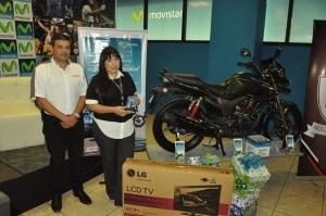 En la fotografía aparecen María Cristina Salinas, Gerente de Canal Especialista de Telefónica y su marca Movistar en Nicaragua, y Edgard Ayala, Gerente de País de Motocicletas Hero.