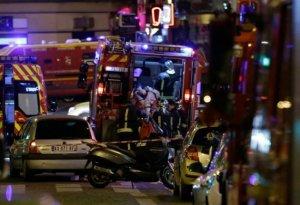 Un hombre herido es evacuado durante un ataque en París, con un múltiple tiroteo, el 13 de noviembre de 2015.