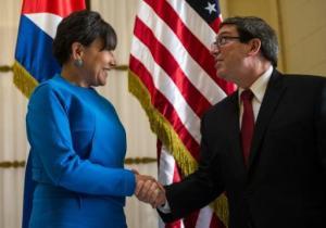 La secretaria de Comercio de Estados Unidos, Penny Pritzker (I) saluda al canciller cubano Bruno Rodríguez en el Ministerio de Exteriores en La Habana el 7 de octubre de 2015 (AFP | Yamil Lage)