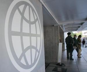 El logo del Banco Mundial en la entrada de su sede, en Washington, el 8 de mayo de 2007 (AFP/Archivos   Karen Bleier)