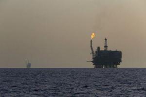 Imagen de archivo de plataformas petrolíferas en el yacimiento Bouri, frente a las costas de Libia. 3 agosto 2015. REUTERS/Darrin Zammit Lupi