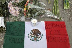 Mexicanos colocan flores y notas como homenaje a las víctimas del ataque terrorista en París.