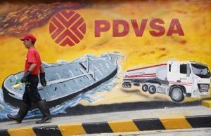 Imagen de archivo de un hombre caminando cerca de un mural con el logo de PDVSA en Caracas. 29 de agosto, 2014. REUTERS/Carlos García Rawlins