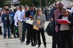 Las nuevas solicitudes del seguro de desempleo en Estados Unidos registraron la semana pasada su mayor aumento en ocho meses, pero siguieron en niveles consistentes con un mercado laboral relativamente saludable. REUTERS/Shannon Stapleton