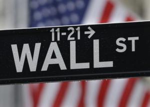 En esta imagen del 9 de julio de 2015 se observa un letrero de Wall Street cerca de la bolsa de valores de Nueva York. (Foto AP/Seth Wenig, Archivo)