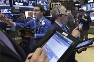 Los operadores Leon Montana, a la izquierda, y Timothy Nick, a la derecha, trabajan en la Bolsa de Valores de Nueva York el lunes 23 de noviembre de 2015. El mercado cerró a la baja luego de iniciar la jornada con ganancias y se desploma luego de la mejor semana del año. (Foto AP/Richard Drew)