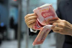 Un trabajador de un banco cuenta billetes de 100 yuanes en Hangzhou (este), el 1 de diciembre de 2015 (AFP | )