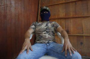 En esta imagen del 29 de noviembre de 2015, un hombre que asegura ser responsable de secuestro, tortura y asesinato a nombre de los cárteles del narcotráfico, habla con The Associated Press en la región de la Costa Grande de Guerrero en México.  (Foto AP/Dario Lopez-Mills)