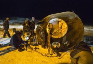 Un equipo de búsqueda y rescate efectúa labores en el lugar donde descendió la cápsula Soyuz TMA-17M con tres astronautas provenientes de la Estación Espacial Internacional en la estepa cubiertas de nieve cerca de la localidad de Dzhezkazgan, Kazajistán, el viernes 11 de diciembre de 2015. Los astronautas que regresaron del complejo orbital fueron Kjell Lindgren, de la NASA, el ruso Oleg Kononenko y el japonés Kimiya Yui. (Vía AP Foto/Andrey Shelepin)