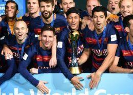 Andres Iniesta (i), Lionel Messi, Neymar y Luis Suárez (d) celebran con sus compañeros la victoria del Barcelona en el Mundial de Clubes ante River Plate el 20 de diciembre de 2015 (AFP)