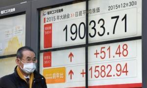 Una pantalla refleja los datos de cotización en la Bolsa de Tokio, el 30 de diciembre de 2015 en la capital japonesa (AFP | Kazuhiro Nogi)