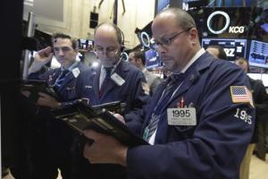 El mercado bursátil neoyorquino registró ganancias moderadas el lunes 21 de diciembre de 2015 en un día de pocas transacciones, con lo que se recuperó de las pérdidas que sufrió a fines de la semana pasada. (Foto AP/Richard Drew)