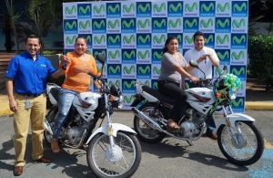 En la fotografía, las ganadoras Lorena Flores Dávila de Masaya (izquierda), y María de la Concepción Narváez de Managua (derecha), reciben motocicletas entregadas por Jorge Mena, Jefe de Recargas Electrónicas, y Stirlitz Scheller Zambrana, Especialista de Marketing Prepago de Telefónica y su marca Movistar en Nicaragua.