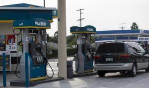 El petróleo Brent retrocedía el miércoles en torno a mínimos de 11 años, en medio de abundantes suministros en Estados Unidos y el compromiso de Arabia Saudita de seguir produciendo crudo. REUTERS/Mario Anzuoni
