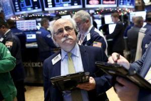 Operadores en la bolsa de Wall Street en Nueva York, dic 11, 2015.  REUTERS/Brendan McDermid