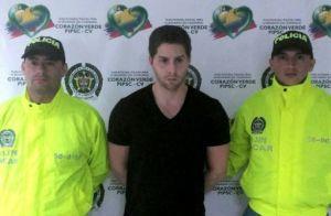 Fotografía distribuida por la Policía Nacional de Colombia del ciudadano panameño Mayer Mizrachi Matalon (C), pariente del expresidente de Panamá Ricardo Martinelli, tras ser detenido en el aeropuerto de Cartagena el 30 de diciembre de 2015 (Policía Nacional de Colombia/AFP | HO)