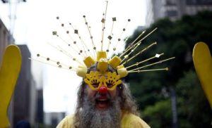 Un hombre disfrazado durante la carrera de San Silvestre en Brasil este 31 de diciembre de 2015 (AFP | Miguel Schincariol)