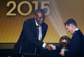 Foto del lunes del presidente interino de la FIFA Issa Hayatou felicitando a Lionel Messi luego de que el argentino ganara el Balón de Oro. REUTERS/Ruben Sprich