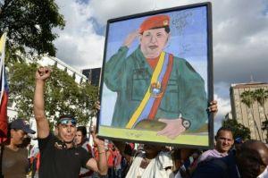 Seguidores del presidente venezolano Nicolás Maduro se manifiestan durante la asunción del nuevo Parlamento, dominado por la oposición, el 5 de enero de 2016 en Caracas (AFP | FEDERICO PARRA)