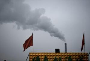 Una columna de humo saliendo de una fábrica cerca de Dantong, en la provincia china de Shanxi (norte), el 19 de noviembre de 2015 (AFP/Archivos | Greg Baker)