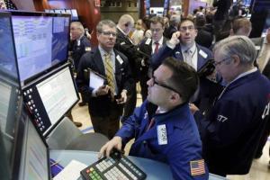 Corredores bursátiles en la sede de la Bolsa de Valores de Nueva York el miércoles 27 de enero del 2016. (AP Photo/Richard Drew)