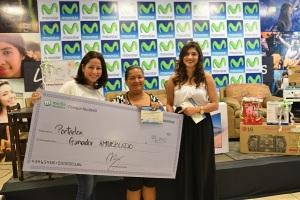 En la fotografía aparece una de las ganadoras de amueblado, acompañada (a la izquierda) de Aracely Alemán, Jefe de SVA's y Nuevos Negocios de Telefónica y su marca Movistar en Nicaragua.