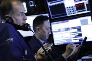 Un par de operadores trabajan en la bolsa de valores de Nueva York, el viernes 22 de enero de 2016. (Foto AP/Mark Lennihan)