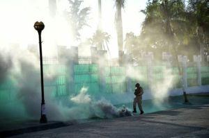 Un policía haitiano patea una lata de gas lacrimógeno durante disturbios en Puerto Príncipe el 19 de enero de 2016 (AFP/Archivos | Héctor Retamal)