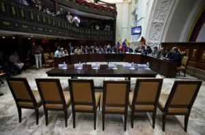 Las sillas vacías de los ministros que estaban llamados a explicar el 21 de enero la situación económica de Venezuela ante el Parlamento, en Caracas (AFP | Juan Barreto)