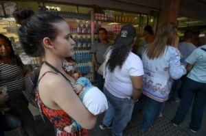 Colas enfrente de un supermercado en Caracas, el 28 de enero de 2016 (AFP | Juan Barreto)