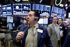El operador Tommy Kalikas (al centro) trabaja en el piso de la Bolsa de Valores de Nueva York, el lunes 4 de enero de 2016. (Foto AP/Richard Drew)