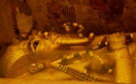 El sarcófago de Tutankamón en una imagen del 1 de abril de 2016 tomada en su cámara funeraria en el Valle de los Faraones cerca de Luxor, 500 km al sur de El Cairo (AFP | Mohamed El-Shahed)